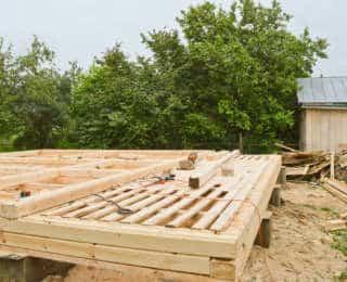Poser une terrasse en bois sur lambourde à moindre coût